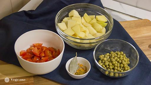 Тушёная картошка с помидорами и горошком - веганский пошаговый рецепт